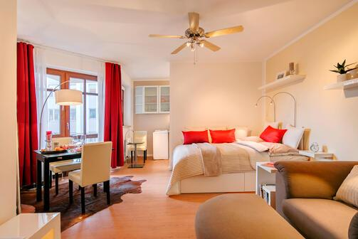 1 zimmer wohnung m bliert balkon m nchen maxvorstadt 10343. Black Bedroom Furniture Sets. Home Design Ideas
