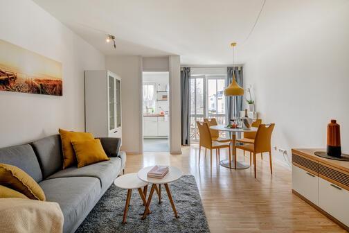 2 zimmer wohnung m bliert parkettboden m nchen lerchenau 10414. Black Bedroom Furniture Sets. Home Design Ideas