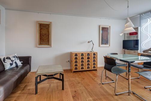 2 zimmer wohnung m bliert balkon m nchen maxvorstadt 10896. Black Bedroom Furniture Sets. Home Design Ideas