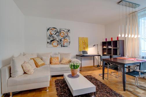 2 zimmer wohnung m bliert s dbalkon m nchen schwabing 4890. Black Bedroom Furniture Sets. Home Design Ideas