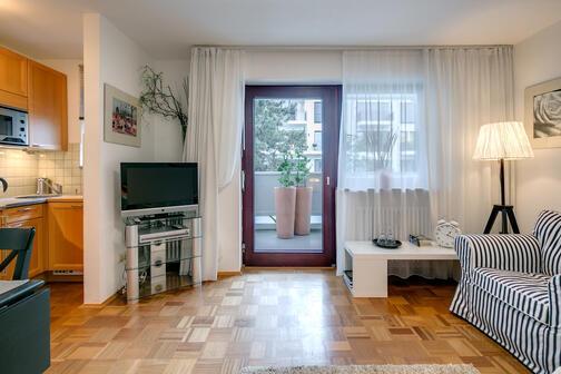 1 zimmer wohnung m bliert bad mit badewanne m nchen au haidhausen 5172. Black Bedroom Furniture Sets. Home Design Ideas