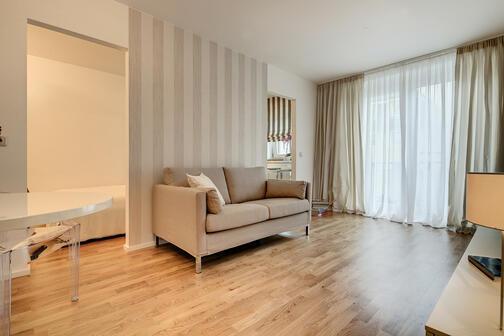 1 5 zimmer wohnung m bliert ostbalkon m nchen milbertshofen 7161. Black Bedroom Furniture Sets. Home Design Ideas