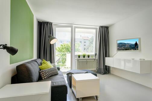 1 zimmer wohnung m bliert loggia m nchen berg am laim 8680. Black Bedroom Furniture Sets. Home Design Ideas