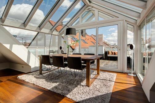 2 zimmer dachterrassenwohnung m bliert parkettboden m nchen maxvorstadt 9962. Black Bedroom Furniture Sets. Home Design Ideas