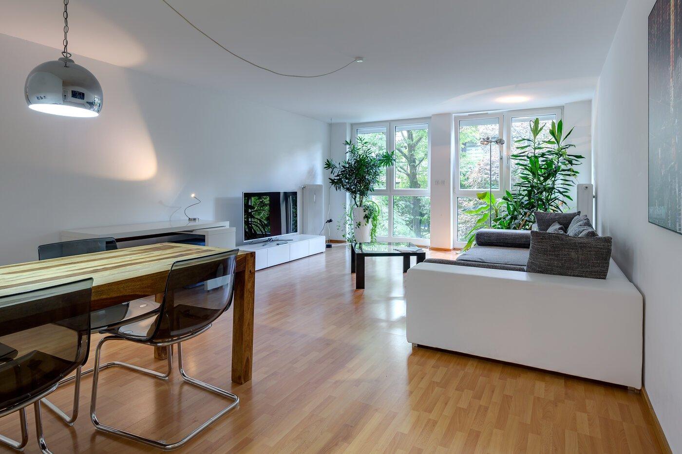 2 zimmer wohnung m bliert balkon m nchen schwabing 10148. Black Bedroom Furniture Sets. Home Design Ideas