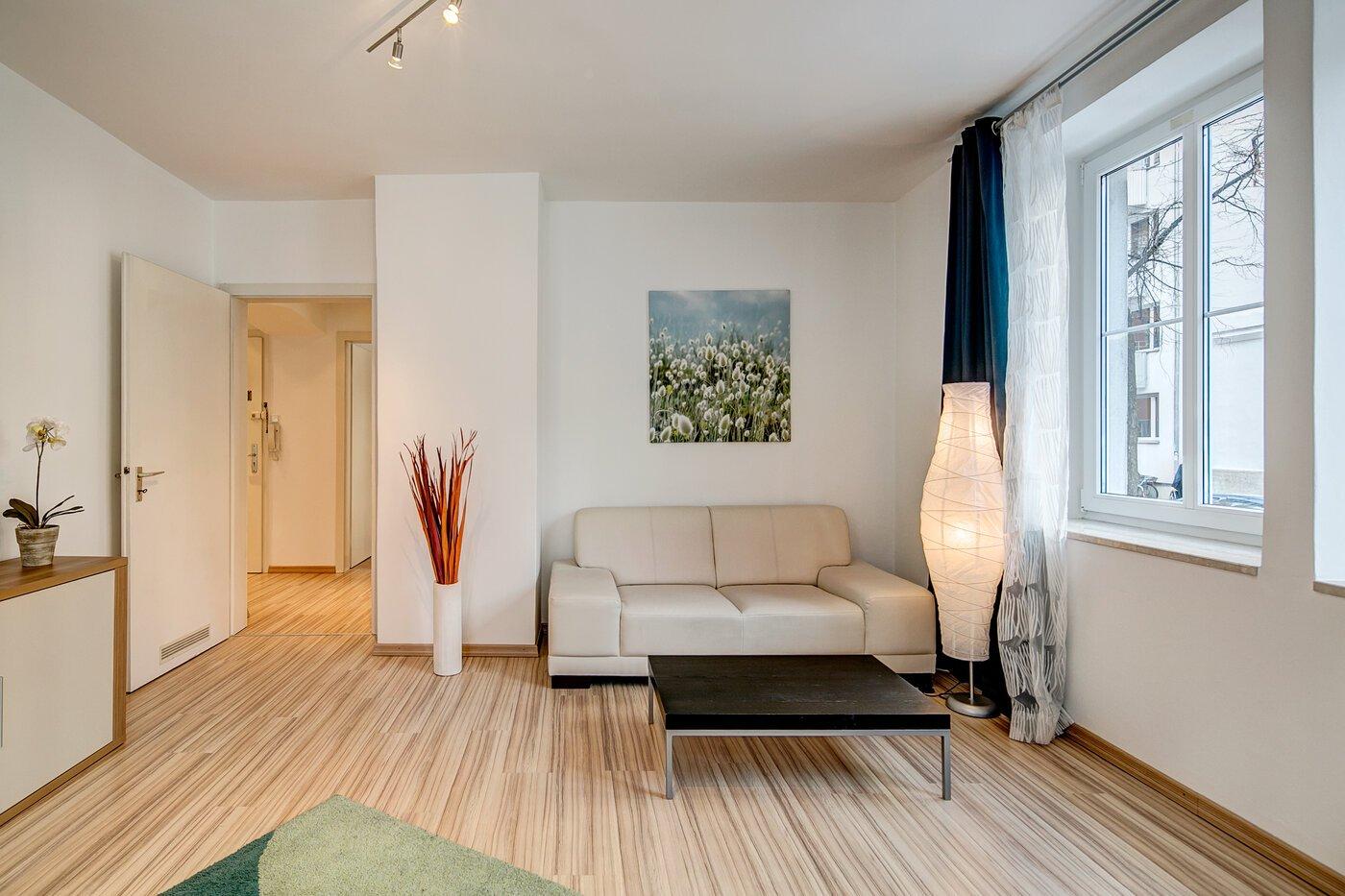 2 zimmer wohnung m bliert gro er flachbildfernseher. Black Bedroom Furniture Sets. Home Design Ideas